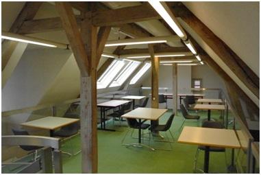 espace d'étude et de travail agréable et convivial au sein de la bibliothèque de L'institut Rachi