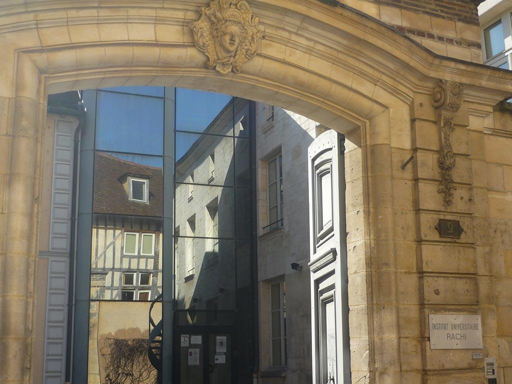 Porte d'entrée de l'Institut Universitaire Rachi